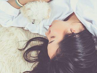 Frau mit Hund schläft